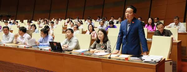 Bộ trưởng Trần Hồng Hà trả lời chất vấn của đại biểu Quốc hội. Ảnh: Ngọc Thắng