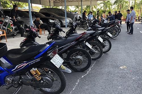 Cảnh sát tạm giữ nhiều xe máy được độ nhiều bộ phận để chạy tốc độ rất cao. Ảnh: Cửu Long