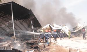 Xưởng mút xốp 1.000 m2 tại Bình Dương bị thiêu rụi