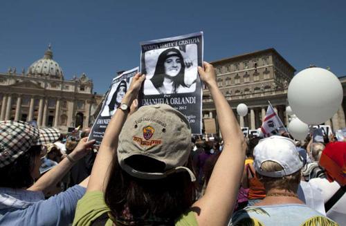 Đám đông biểu tìnhyêu cầulàm rõ vụ mất tích của Emanuela Orlanditại Quảng trường St. Peter ở Vatican năm 2012. Ảnh: AP.