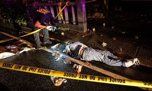 Một nghi phạm buôn bán ma túy bị bắn chết trên đường phố Philippines tháng 8/2016. Ảnh: AP.