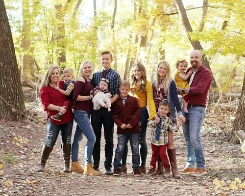 Jillian (thứ ba từ phải sang) lớn lên trong gia đình đông anh chị em. Ảnh: Lindsay Hartsock