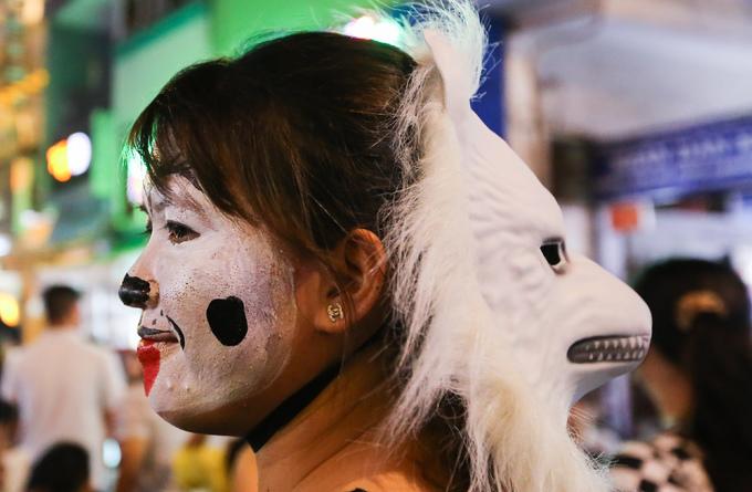 'Ma quỷ' tràn ngập phố đi bộ Sài Gòn đêm Halloween