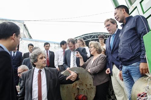 Các nghị sĩ EP trò chuyện cùng ngư dân Bình Định, ngày 31/10. Ảnh: Thạch Thảo.