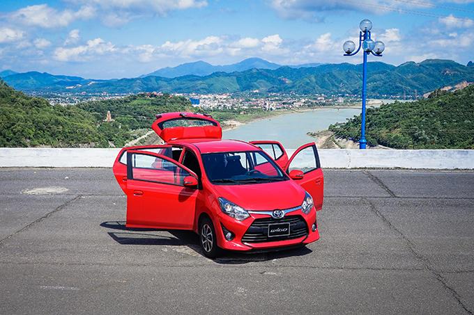 Toyota Wigo khi tại đỉnh đập thuỷ điện Hoà Bình.