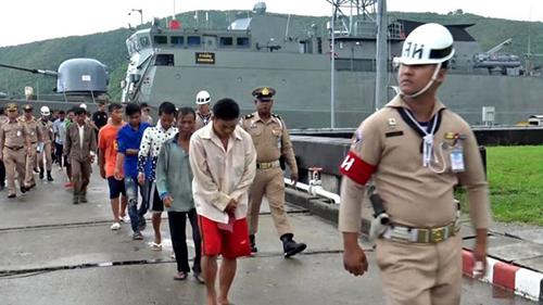 Nhóm ngư dân Việt Nam bị hải quân Thái Lan bắt giữ và đưa vềcảng Hải quân Khu 2 ở thành phố Songkhla hôm 30/10. Ảnh: Thaiger