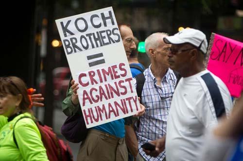 Một cuộc biểu tình phản đối anh em Koch tại New York, Mỹ năm 2015. Ảnh: Reuters.