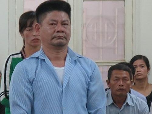 Bị cáo Phương đứng trả lời HĐXX trong phiên tòa ngày 1/10.