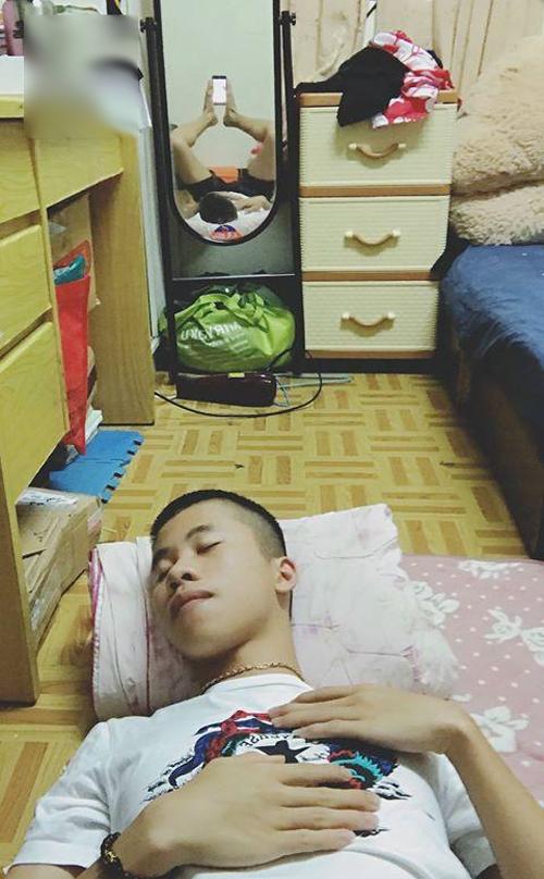 Ủa, ai chụp ảnh tôi đang ngủ vậy?