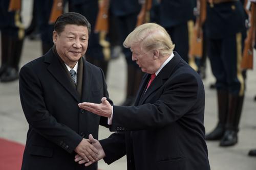Tổng thống Mỹ Donald Trump (phải) và Chủ tịch Trung Quốc Tập Cận Bình trong cuộc gặp tại Bắc Kinh năm ngoái. Ảnh: AFP.