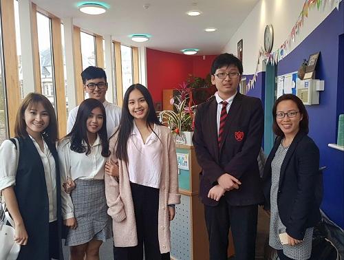 Quản lý và tư vấn viên TEC đến thăm các trường trung học và học sinh tại Anh quốc hàng năm.