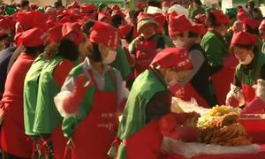 2.000 người muối 40 tấn kim chi tặng người nghèo ở Seoul