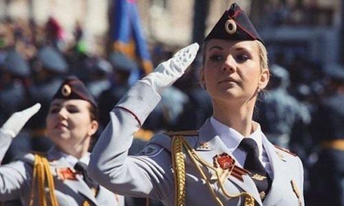Nữ binh sĩ Nga chào khi duyệt binh. Ảnh: TASS.