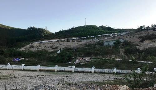 Người dân cho rằng, dự án làm nghĩa trang ở khu đồi và cắt theo tầng nên không cần quá nhiều đất để tôn nền.Việc doanh nghiệp đào đất ở khu vực khác nhằm mục đích khai thác than trái phép. Ảnh: Minh Cương