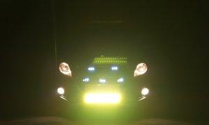 Ôtô lắp đèn led sáng chóa gây nguy hiểm trên đường