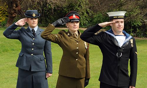 Binh sĩ không quân và lục quân Anh thực hiện nghi thức chào với lòng bàn tay hướng ra ngoài, binh sĩ hải quân Anh úp bàn tay xuống khi chào. Ảnh: RAF.