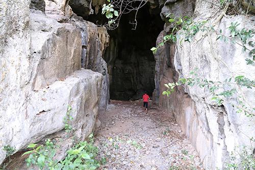 Cửa vào hang Xưởng Rượu khá to và rộng. Ảnh: Hoàng Táo
