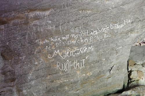 Câu khẩu hiệu trên vách đá trong hang Xưởng Rượu. Ảnh:Hoàng Táo