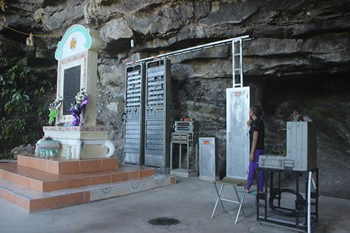 Hang Lèn Hà được xây dựng lại khang trang, dựng bia tưởng niệm 13 liệt sĩ hy sinh.Ảnh:Hoàng Táo