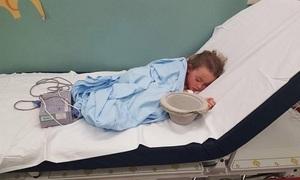 Bức ảnh cô bé nằm viện vì bị bắt nạt làm dậy sóng cộng đồng