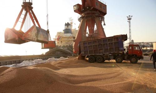 Xe vận chuyển đậu tương nhập khẩu ở Giang Tô, Trung Quốc. Ảnh: Reuters.