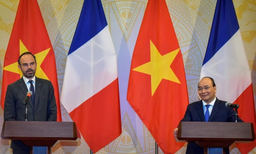Thủ tướng Nguyễn Xuân Phúc, phải, và Thủ tướng Pháp Philippe trong họp báo chung tối nay. Ảnh: Giang Huy.