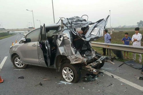 Chiếc Innovar bẹp rúm sau tai nạn. Ảnh: Báo Giao thông.