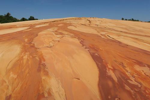Dấu hiệu việc khai thác titan ở mỏ khoáng sản này trên đồi cát. Ảnh: Tư Huynh