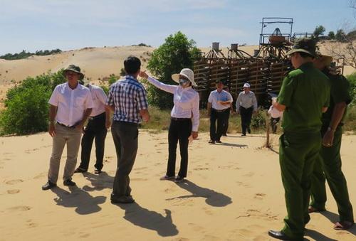 Đoàn liên ngành kiểm tra thực địa mỏ titan Suối Nhum. Ảnh: Tư Huynh