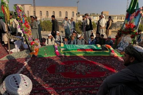 Người dân tại mộ của Abdul Raziq ở Kandahar. Ảnh: NYTimes.