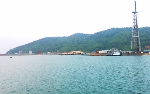 Cảng Chân Mây đang được nạo vét bùn để mở rộng xây dựng bến cảng số 3. Ảnh: Võ Thạnh