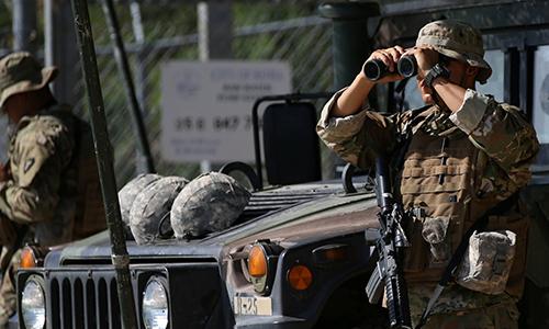 Binh sĩ Vệ binh Quốc gia Mỹ theo dõi khu vực biên giới Mỹ - Mexico tại trạm gác. Ảnh: Reuters.