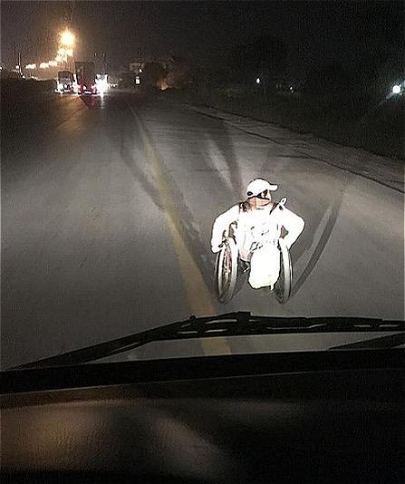 Ảnh do chính lái xe chụp khi nhắc và che cho cô bé đi vào lề đường một đoạn.
