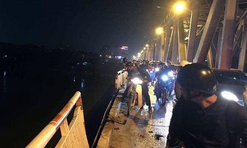 Ôtô chở 2-3 người lao từ cầu Chương Dương xuống sông Hồng