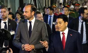 Thủ tướng Pháp cùng Chủ tịch Hà Nội đi bộ thăm Hồ Gươm, Văn Miếu