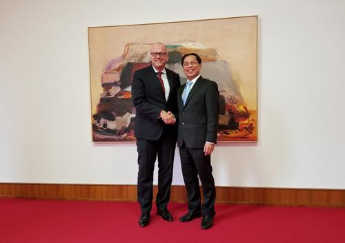 Thứ trưởng Ngoại giao Bùi Thanh Sơn (phải) bắt tay Quốc vụ khanh Andreas Michaelis tại trụ sở Bộ Ngoại giao Đức hôm 1/11. Ảnh: Bộ Ngoại giao.