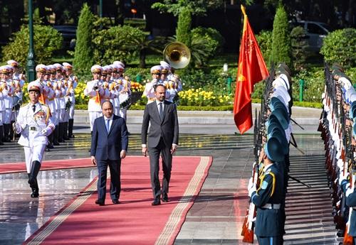 Thủ tướng Nguyễn Xuân Phúc (trái) và Thủ tướng PhápEdouard Philippe trong lễ đón tại Văn phòng Chính phủ hôm 2/11. Ảnh: Giang Huy.