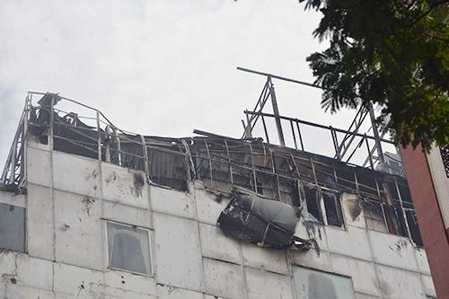 Tầng thượng của khách sạn cháy rụi. Ảnh: Sơn Hoà.
