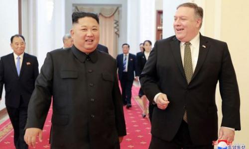 Lãnh đạo Triều Tiên Kim Jong-un, trái, tiếp Ngoại trưởng Mỹ Pompeo tại Bình Nhưỡng hôm 7/10. Ảnh: AFP.