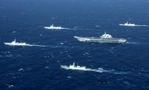 Tàu Liêu Ninh cùng nhóm chiến hạm hộ tống gần eo biển Đài Loan năm 2017. Ảnh: Sina.