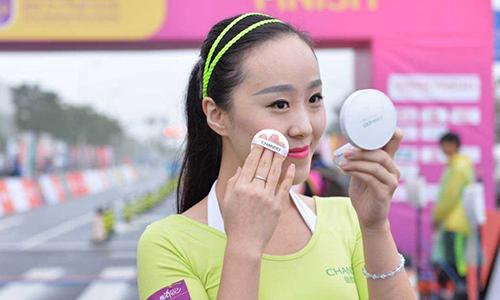Một phụ nữ trang điểm trong giải chạy ở Hạ Môn hồi tháng 10. Ảnh: Peoples Daily.