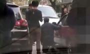 Lái ôtô ngược chiều, tài xế rút dao bắt người đi đúng phải quỳ gối