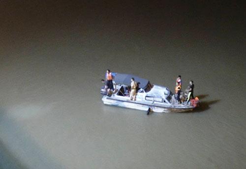 Lực lượng cứu hộ đang đưa canora sông Hồng, đoạn gầm cầu Chương Dương để tìm kiếm chiếc xe. Ảnh: Phương Sơn