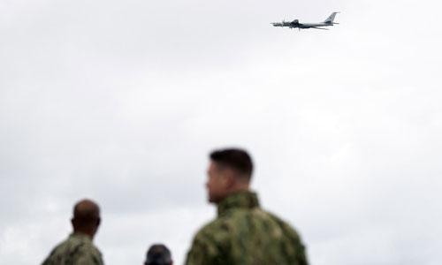 Binh sĩ Mỹ trên tàu USS Mount Whitney nhìn Tu-142 Nga bay qua đầu. Ảnh: AFP.