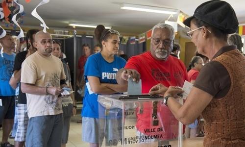 Người dân New Caledonia đi bỏ phiếu trong cuộc trưng cầu dân ý về việc tách khỏi Pháp ngày 4/11. Ảnh: AP.