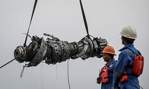 Nhân viên cơ quan tìm kiếm cứu nạn Indonesia trục vớt một turbine máy bay hôm 4/11. Ảnh: Reuters.
