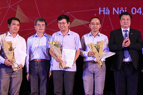 Thứ trưởng Giáo dục và Đào tạo Nguyễn Hữu Độ (bìa phải) và GS Ngô Việt Trung của Viện Toán học (thứ hai từ trái sang) trao thưởng công trình cho các tác giả. Ảnh: Dương Tâm