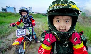 Bé gái 5 tuổi chạy mô tô mạo hiểm ở Sài Gòn