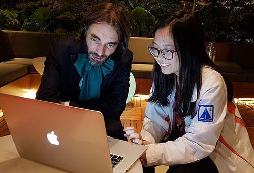 GS Cedric Villani, giải thưởng Fields năm 2010, góp ý cho dự án Toán tương tác của Nguyễn Nga Nhi tối 3/11nhân chuyến tháp tùng Thủ tướng Pháp sang thăm Việt Nam.Ảnh: NVCC