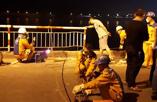 Hơn 23h, lan can cầu được hàn gia cố, các phương tiện có thể di chuyển qua cầu Chương Dương theo hướng vào Thành phố.Ảnh: Phương Sơn